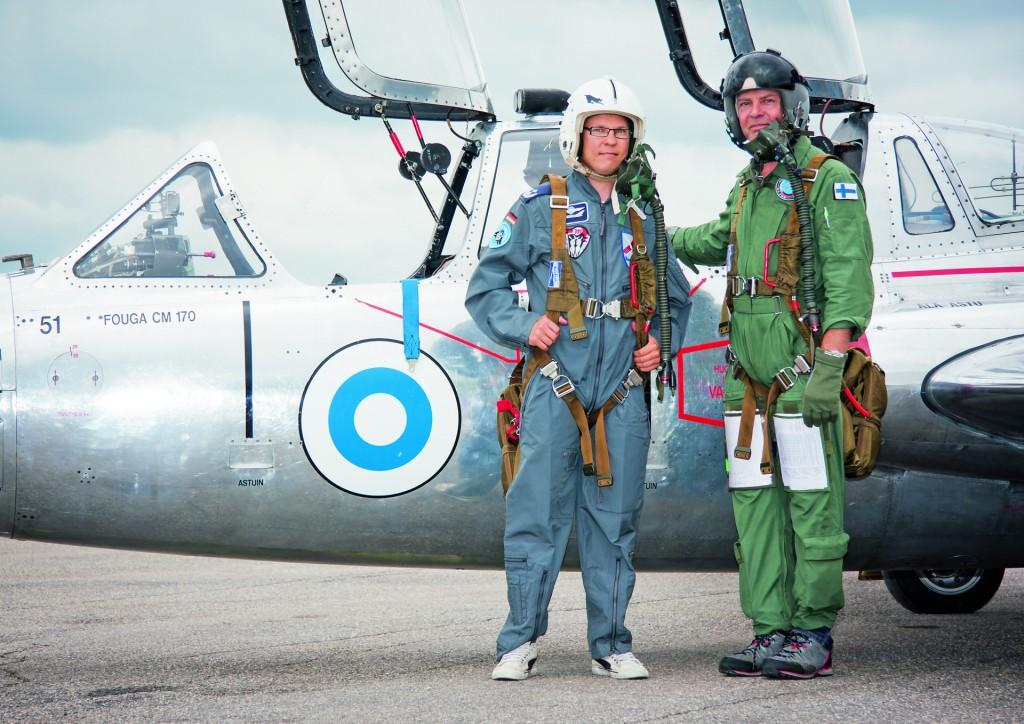 Marko Rintanen ja Ari Saarinen lähdössä Rintasen ensimmäiselle Fouga-lennolle 10. heinäkuuta 2012. Kuva: Teemu Hallamaa.