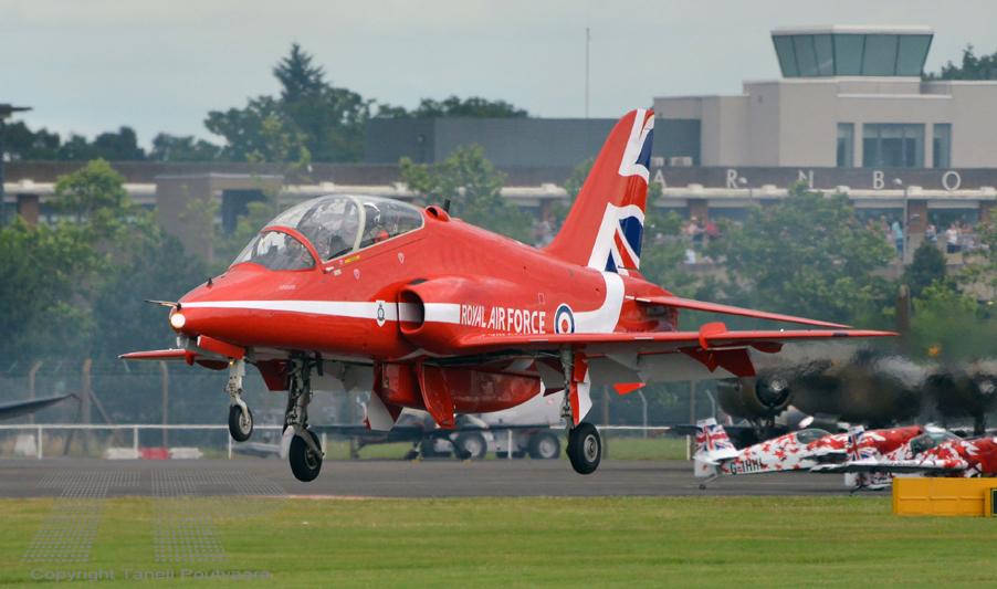 Brititläisen Red Arrows -taitolentoryhmän BaE Hawk -kone Farnboroughin lentonäytöksessä 16.7.2016.  Kuva: Taneli Poutvaara