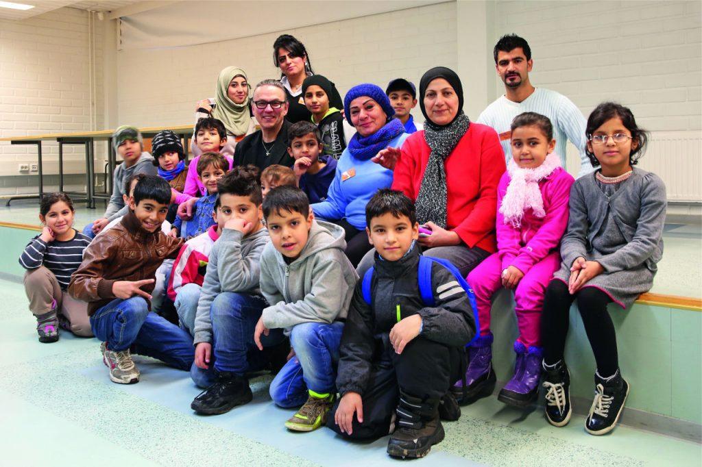"""Tällä hetkellä Kauhavan vastaanottokeskuksen tiloissa toimii oma koulu, jota Peura pitää erityisen tärkeänä, sillä sen avulla lapsille saatiin normaali päivärytmi. """"Kysyttiin turvapaikanhakijoilta kuka on ollut opettajana, ja sanottiin että nyt ryhdytään töihin."""" Ryhmästä löytyi kaksi miesopettajaa sekä kahdeksan naisopettajaa. Rehtorina toimii nainen, joka on ollut 27 vuotta kemian opettajana Bagdadissa."""