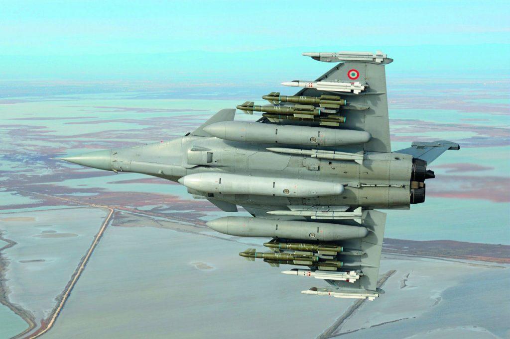 Rafale pystyy kantamaan hyvin raskasta kuormaa: koneen ripustimissa on kuusi AASM Hammer -täsmäohjusta, neljä lyhyen matkan ja kaksi keskimatkan Mica-ilmataisteluohjusta, kaksi Meteor-ilmataisteluohjusta ja kolme 2000 litran lisäpolttoainesäiliötä. Kuva: Dassault / Anthony Pecchi