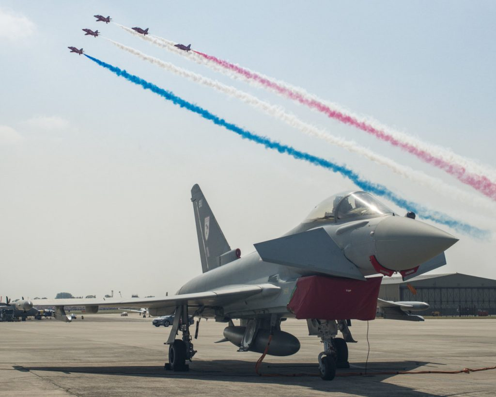 Red Arrows ja Eurofighter Typhoon.