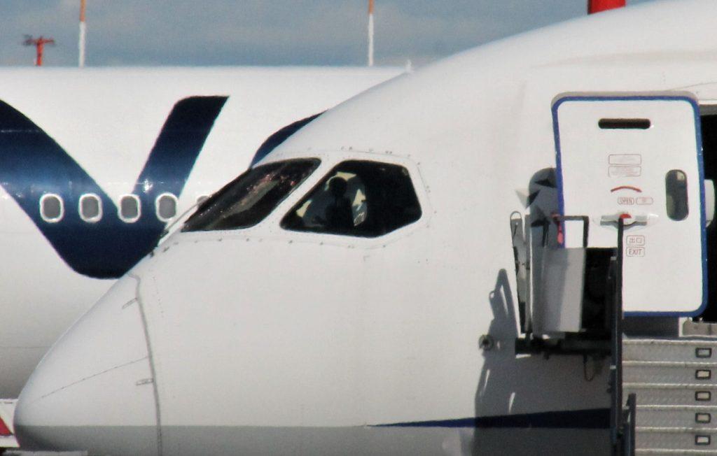 Kapteenin puolelta konetta otetussa kuvassa näkyy, kuinka etummainen lasi on säröillä. Kone on tehnyt pakkolaskun edellisyönä. Kuva: Benjamin Helander