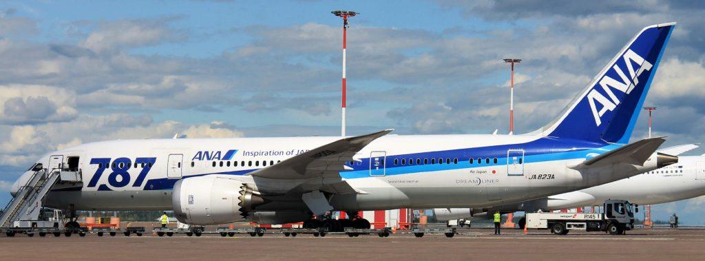 Ensimmäinen Boeing 787 Dreamliner -asiakas All Nippon on maalannut suuret 787 -tunnukset osaan koneistaan. ANA on pitänyt tällaista maalauskuviota koneissaan 1980-luvun puolivälistä asti. Kuva: Benjamin Helander