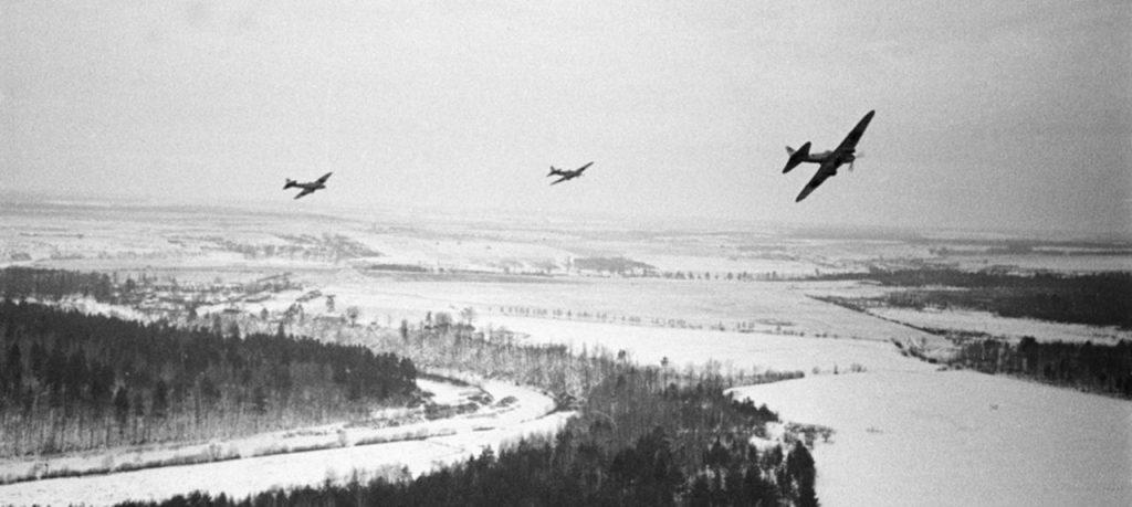 Tuttu näky kauhistuneille saksalaisille − neuvostohävittäjät, pommittajat ja Sturmovikit eristivät yksiköt huollostaan, ja pakottivat nämä siirtymään hyökkäyksestä puolustukseen. Kuva: RIA Novosti