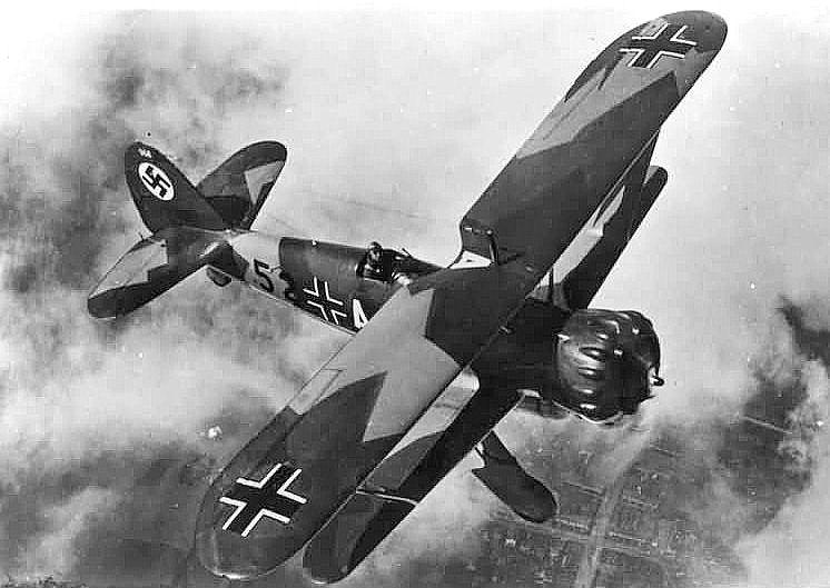 Vaikka Luftwaffe oli valjastettu osaksi blitzkrieg-koneistoa, oli Henschel Hs 123 Saksan ainoa erikoistunut rynnäkkökone. Kuva: Ison-Britannian ilmailuministeriö