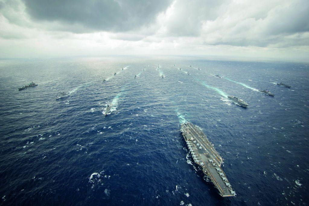 USS George Washington johtaa George Washington tukialusryhmää (Carrier Strike Group).Tukialusryhmään kuuluu koko joukko muitakin sota-aluksia, jotka eivät normaalisti kulje paraatimuodostelmassa lentotukialuksen takana, vaan muodostavat tukialuksen ympärille laajan saattoryhmän. Kuva: US Navy / Ricardo R. Guzman