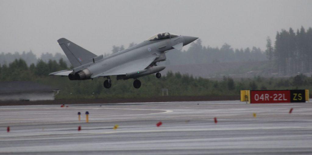 Eurofighter Typhoon saapuu sateessa Kaivopuiston näytökseen. Kuva: Jukka O. Kauppinen.