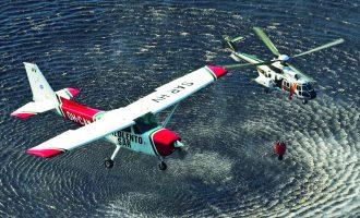 Jukolan Pilottien SAR-maalattu Cessna 172 seuraa rajavartiolaitoksen Super Puman vedenottoa lentosammutuspäälliköiden koulutuksessa. Kuva: Mikko Maliniemi