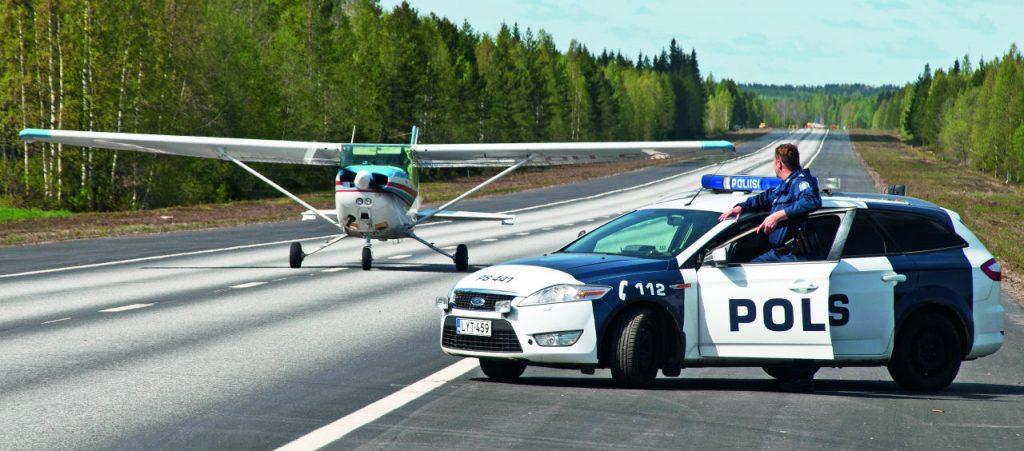 Etsintä- tai valvontalennolla voidaan joutua turvautumaan myös maantietukikohtiin. Kuvassa toimintaa harjoitellaan Vieremän varalaskupaikalla Lentopelastusseuran harjoituksessa. Kuva: Mikko Maliniemi