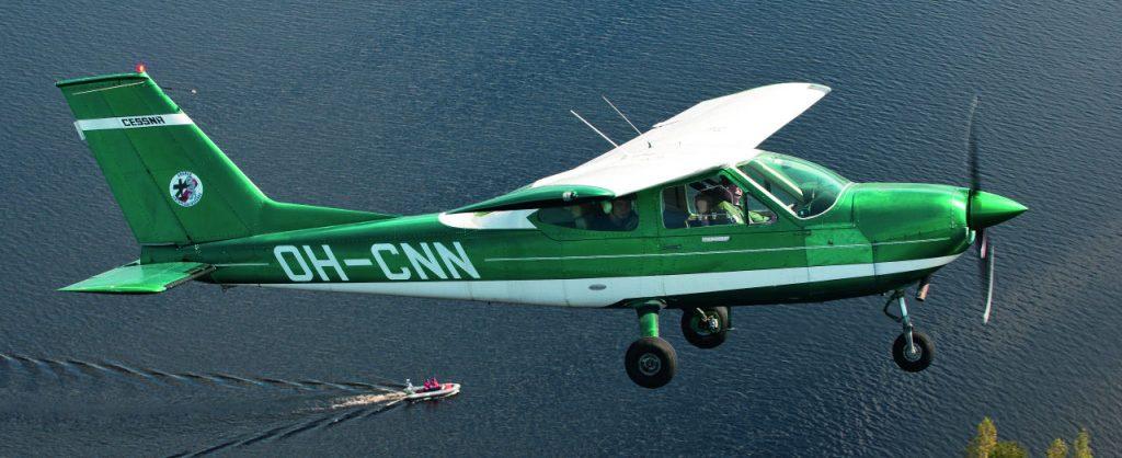Pyhäsalmen Ilmailukerholle kuuluva Cessna 177 opastaa pelastusviranomaisen venettä tekemänsä havainnon luokse hukkuneen kalastajan etsinnässä. Kyseessä on oikea etsintä, jossa hyödynnettiin samaan aikaan Rissalassa pidettyyn Lentopelastusseuran jatkokoulutukseen osallistuneita miehistöjä. Kuva: Mikko Maliniemi