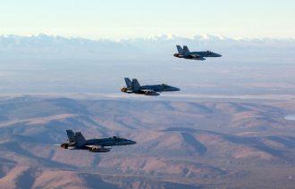 F/A-18 Hornet -monitoimihävittäjä vuoriston yllä Alaskassa. Kuva: Ilmavoimat.
