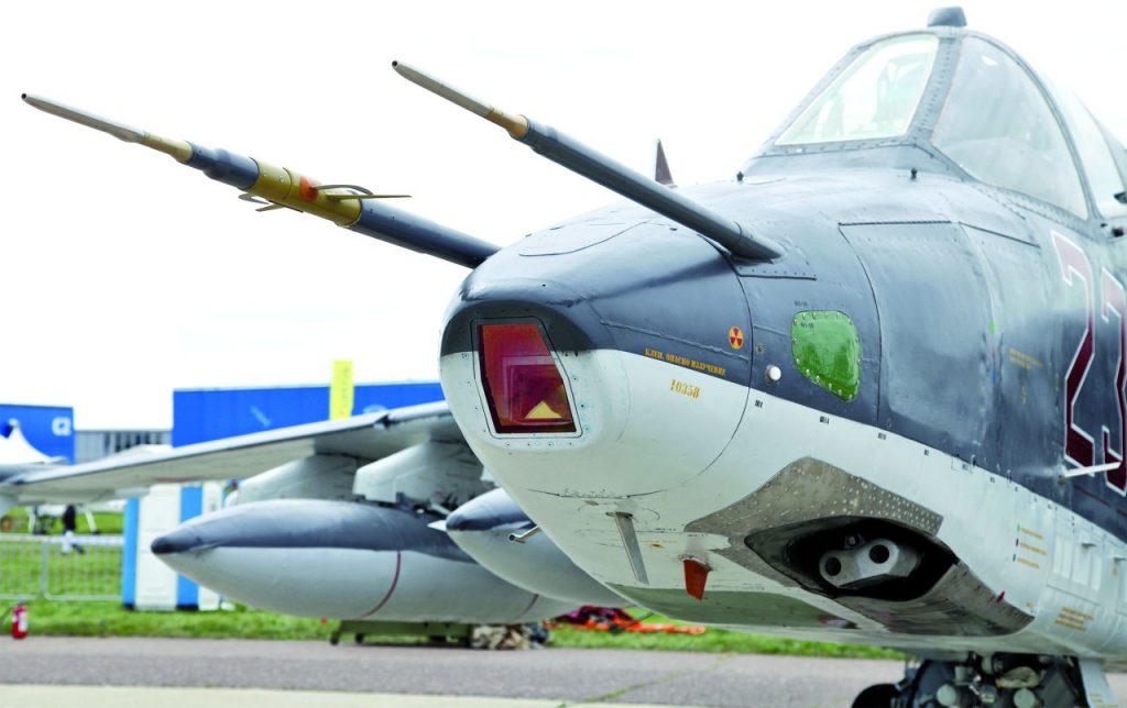 Su-25SM:n nokan alta löytyy edelleen konetyypin alkuperäinen perusrynnäkköase: kaksiputkinen GSh-30-tykki. Siivet 1/2015.