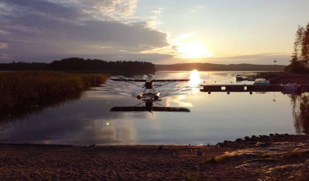 Auster AOP V eli Englannissa syyskuussa 1943 valmistettu Auster-tiedustelukone OH-XMK Rissalan järviterminaalissa syksyllä 2018. Kone lentää tilanteen mukaan pyörillä, suksilla ja kellukkeilla. Kuva: Henri Vehviläinen.