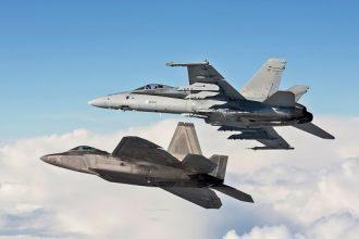 F/A-18 Hornet ja Yhdysvaltain ilmavoimien F-22 Raptor Distant Frontier 1 -harjoituksessa. Kuva: Ilmavoimat.