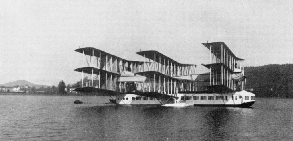Italialaisen Capronin koneet muistetaan pahimmillaan surmanloukkuina ja useimmiten lähinnä kaameina häkkyröinä. Ca.60 tuhoutui onneksi jo toisella koelennollaan, eikä lentäjillekään käynyt kuinkaan. Siivet 4/2016.