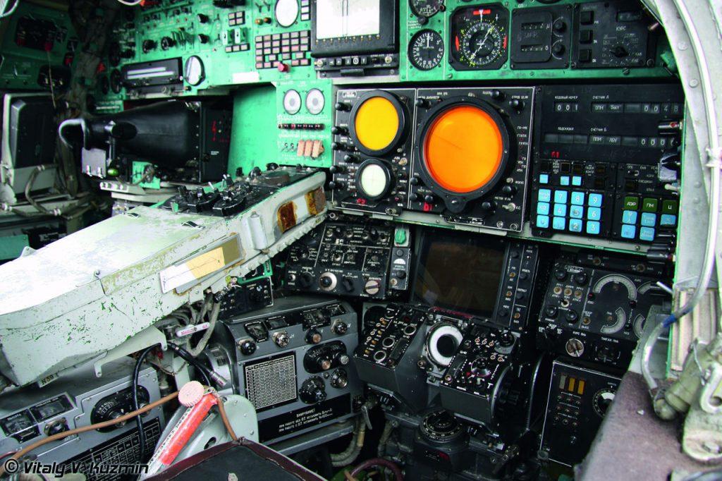 Tu-22M3:n etuohjaamossa on kaksi lentäjää. Kuvan takaohjaamossa toimivat navigaattori ja aseoperaattori. Kuva: Vitaly V. Kuzmin. Siivet 2/2015.