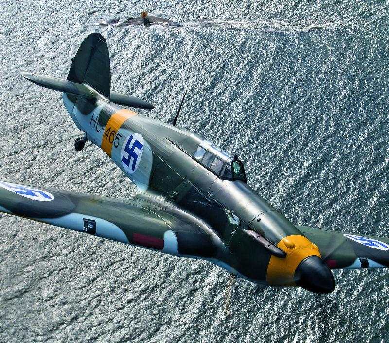 Viki mainitsee silloin vielä Phil Lawtonin omistaman Hawker Hurricanen kuvauslennon yhdeksi mieleenpainuneimmista. Kone lähti paluumatkalle Englantiin suoraan tästä kuvauksesta. Kuva: Mikko Maliniemi. Siivet 2/2015.