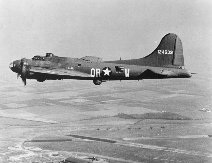"""Toisen maailmansodan lennokkisotaa . B-17F """"The Careful Virgin"""" muunnettiin 80 sotalennon jälkeen kauko-ohjattavaksi pommiksi. BQ-7-lentopommeista riisuttiin kaikki ylimääräiset varusteet ja ampumot. Lisäksi ohjaamosta poistettiin katto, eli koneessa oli sporttihenkinen avo-ohjaamo, jotta lentäjät pystyivät hyppäämään laskuvarjollaan sen jälkeen, kun pommit oli viritetty ja kone asetettu kauko-ohjaustilaan. Siivet 2/2016."""