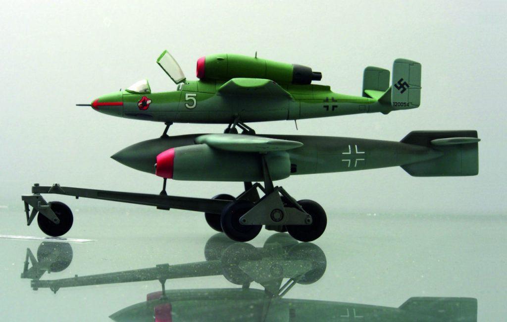 Toisen maailmansodan lennokkisotaa. Saksan ilmatila kävi loppusodan myötä vaaralliseksi, joten myös Mistel-aseita kehitettiin. Mitä jos Arado E.377a-liitopommin varustaisi kahdella suihkumoottorilla ja ohjauskoneena käytettäisiin Heinkel H1 162 -suihkuhävittäjää? Kuva: Technikmuseum Speyer, Wikimedia Commons. Siivet 2/2016.