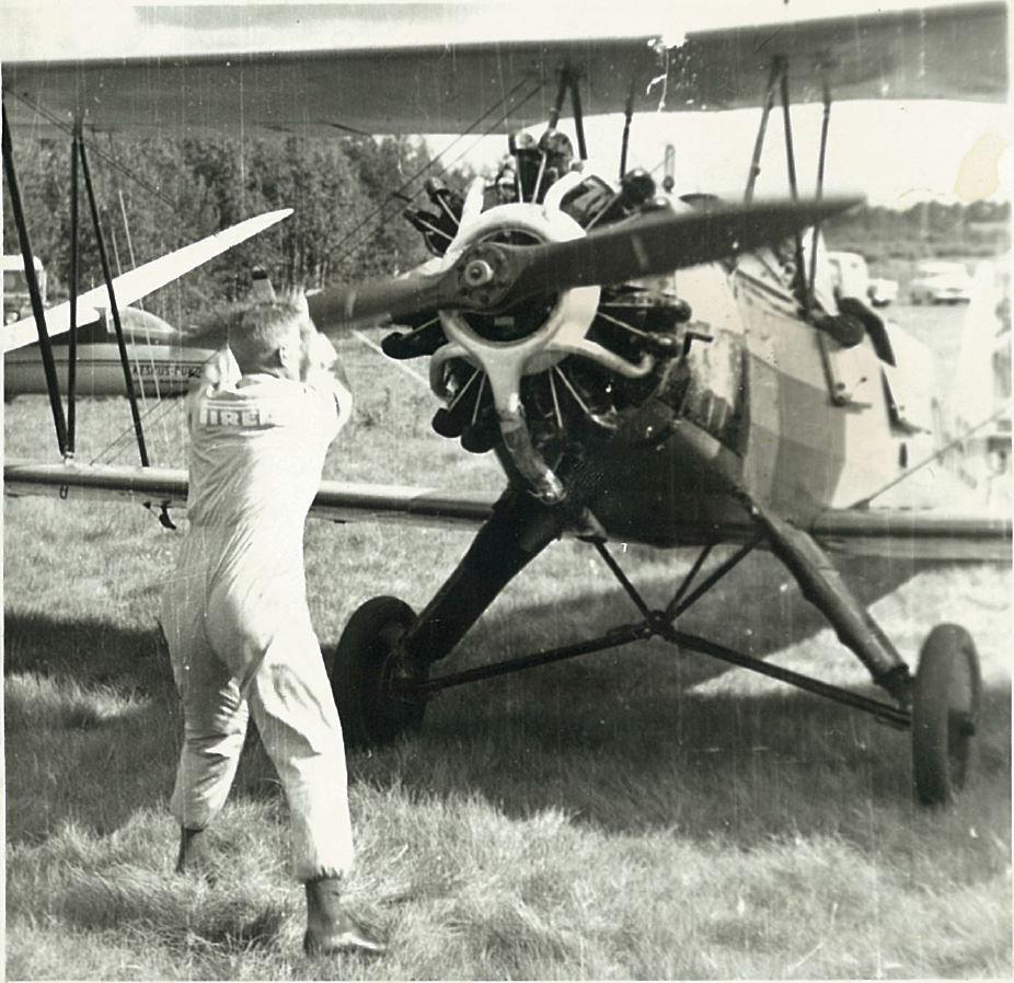 FW-44 Stieglitz -lentäjä käynnistämässä konettaan Pieksämäen Naarajärven kentällä 1960-luvulla paikallisen ilmailukerhon käytössä. Kuva Lassi Karivalo.