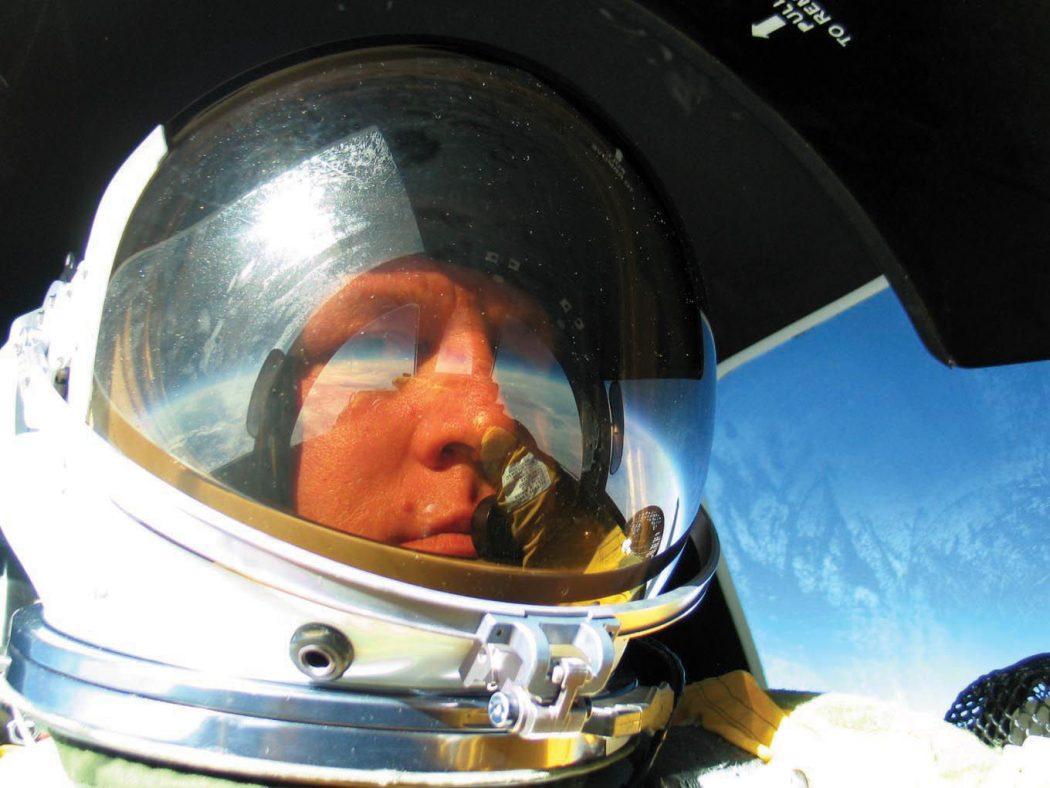 Eversti Chris Cook otti selfien 21,6 kilometrin korkeudessa U-2-koneella lentäessään. Kuva Chris Cook / USA:n Ilmavoimat.