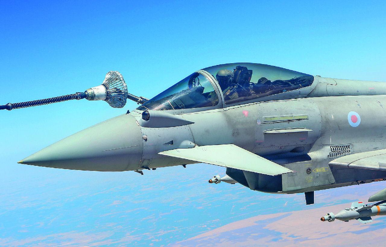 Eurofighter Typhoon sodassa: Ilmatankkauksia on tehtävän aikana alle puolentoista tunnin välein. Kuva: RAF / Graham Taylor ©UK MoD Crown Copyright 2017. Siivet 5/2018.