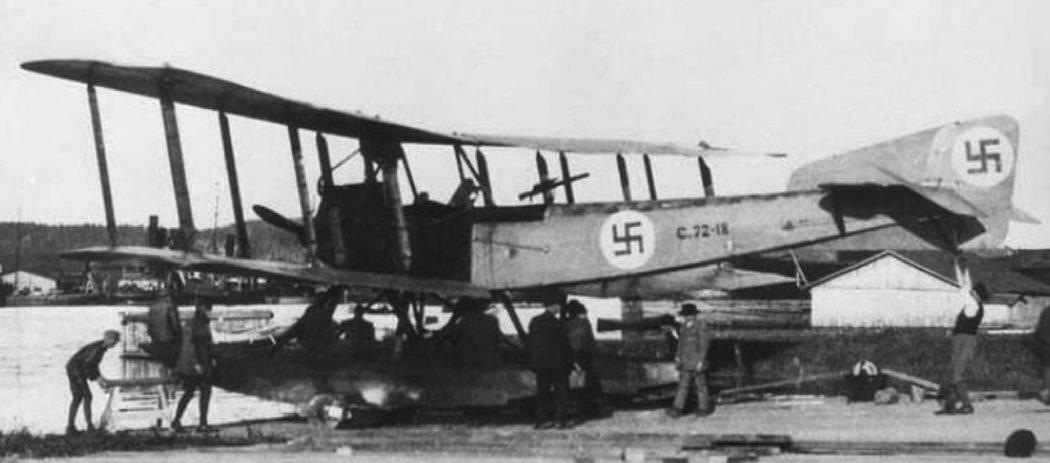 Satakunnan lennosto 100 vuotta: Sortavalan lento-osaston peruskone oli Friedricshshfen 49C. Koneen vieressä mekaanikko-kersantti O. Koivunen. Kuva: via Seppälä. Siivet 5/2018.