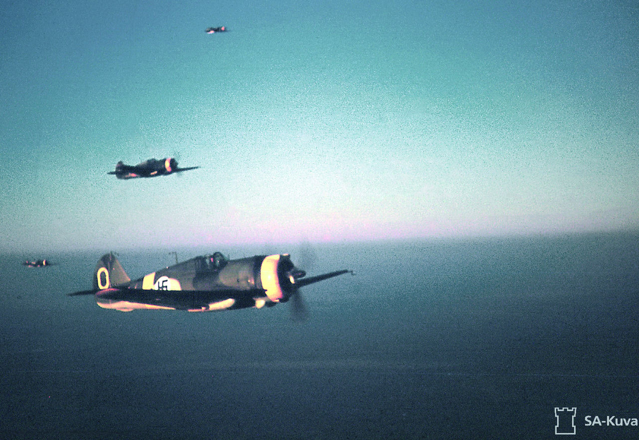 Satakunnan lennosto 100 vuotta: Lentokalustoa uusittaessa saatiin FK- ja GL-koneiden lisäksi Curtiss-koneita. Se oli ketterä, mutta ei pärjännyt nopeudessa viholliskoneille. Curtiss-koneet olivat Lentolaivue 32:n käytössä, joka oli Lentorykmentti 1:n ainoa hävittäjälaivue. Curtis-osasto lennolla Nurmoilassa 18.10.1943. Kuva: SA-kuva. Siivet 5/2018.