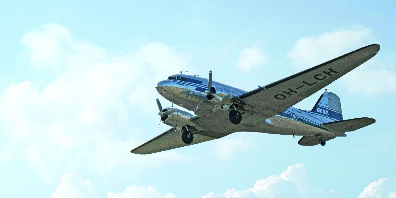 """Vintagea taivaalle: DC-3:n purseri: Taivaalta kuuluu tähtimoottorien luotettava jylinä. Tämän vuoden heinäkuussa tuli kuluneeksi 70 vuotta """"OH-LCH"""":n ensimmäisestä reittilennosta, joka tapahtui Malmilta. Kuva: Topi Äikäs. Siivet 5/2018."""