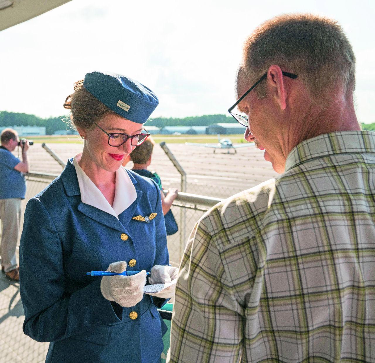 Vintagea taivaalle: DC-3:n purseri: Malmin ehkä katoavaa idylliä: viehättävä lentoemäntä ottamassa vastaan matkustajia. Kuva: Topi Äikäs. Siivet 5/2018.
