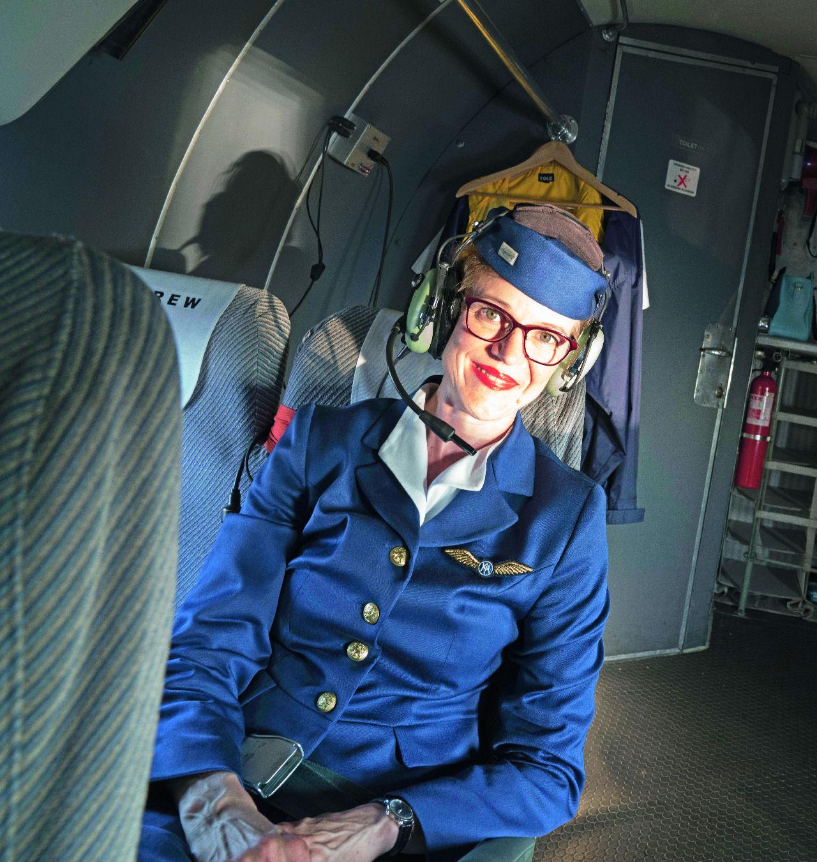 """Vintagea taivaalle: DC-3:n purseri: Ulpu Paananen nauttimassa omalla paikallaan """"olohuoneen jatkeessa"""" Kolmosen äänistä, hajuista ja tunnelmasta. Kuva: Topi Äikäs. Siivet 5/2018."""