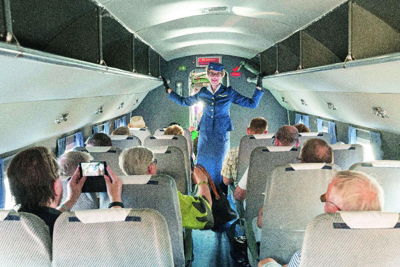Vintagea taivaalle: DC-3:n purseri: Iloinen ja avoin Paananen on luonteva lentoemännän roolissaan. Kuva: Topi Äikäs. Siivet 5/2018.