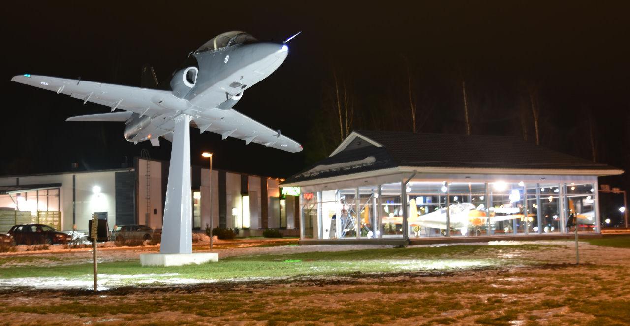 Kauhavan lentokonepuisto: Hawk jalustalla viitriini ykkösen edessä. Kuva: Kari Janhunen