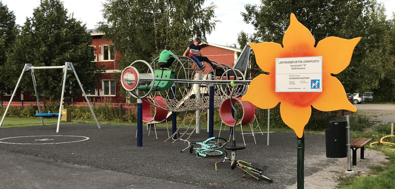 Kauhavan lentokonepuisto: Leikkipuiston kiipeilykone. Kuva: Kari Janhunen